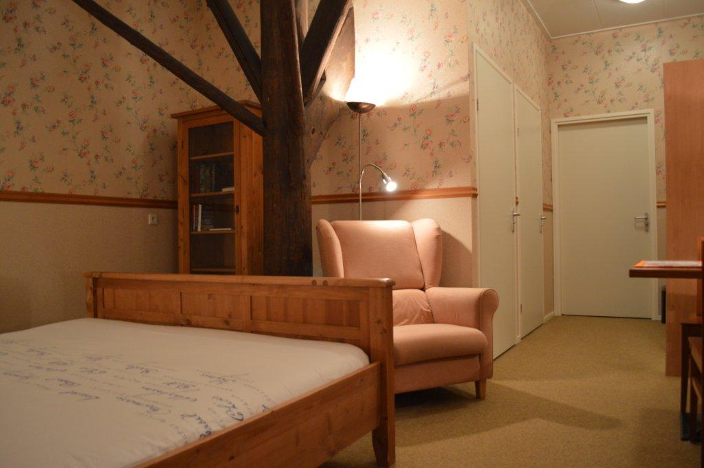 Kamer Romantisch Maken : Romantisch behang en grenen meubilair geven ...